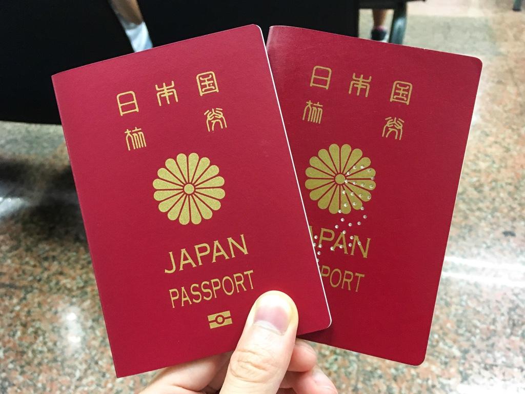 新しいパスポートと古いパスポート