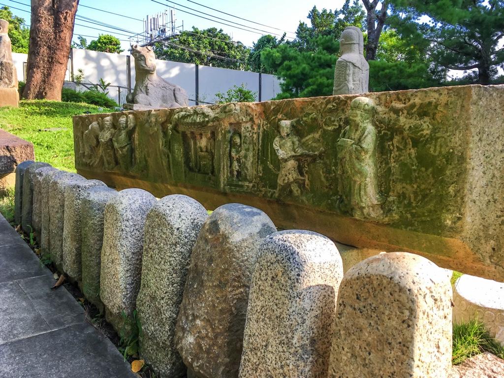 年代を感じる石像