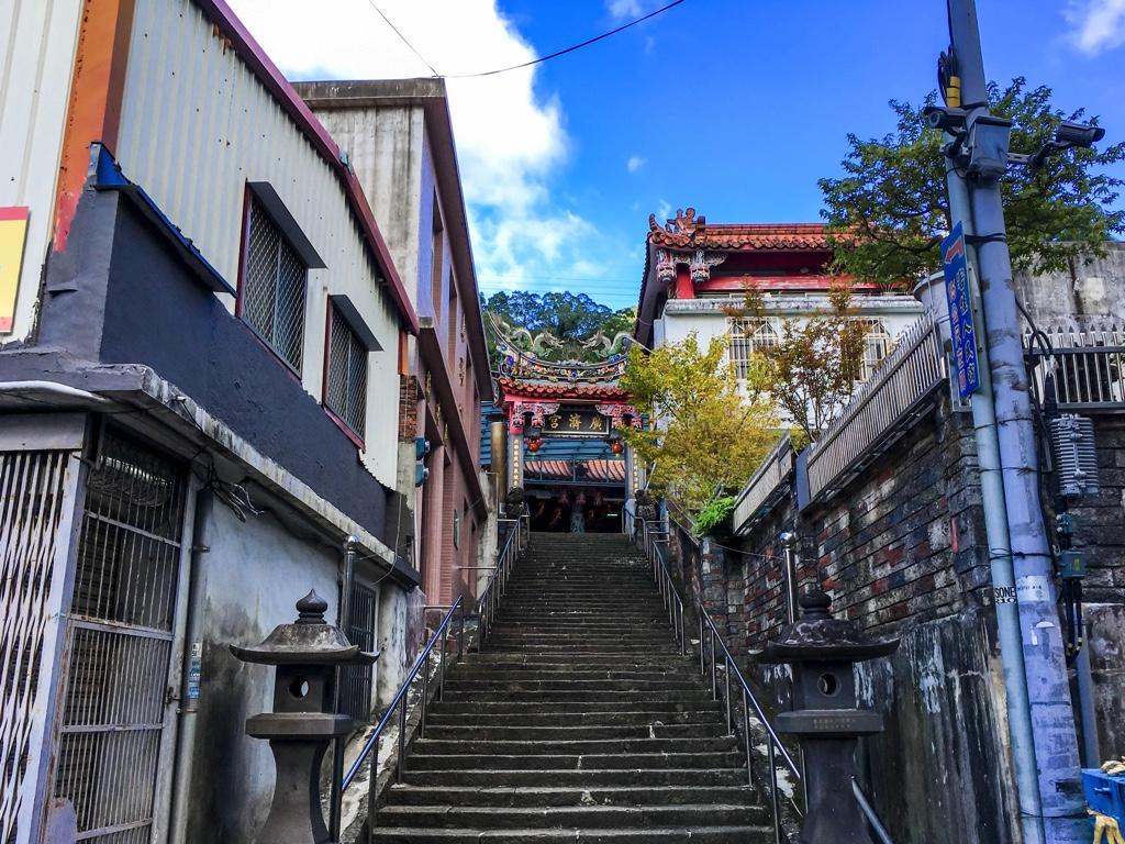 階段の上にある廟