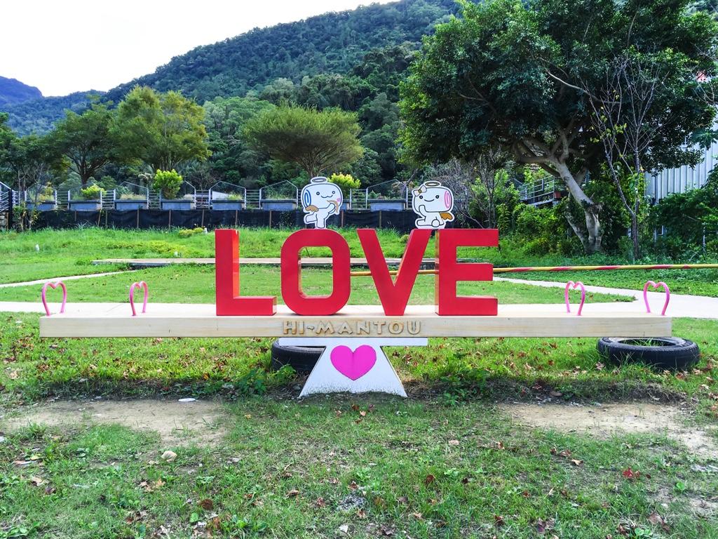 LOVEのオブジェが中央に置かれたシーソー