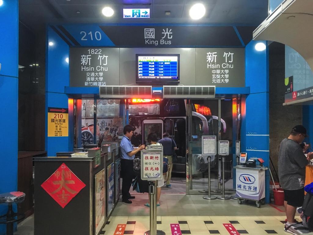 新竹行きのバス乗り場