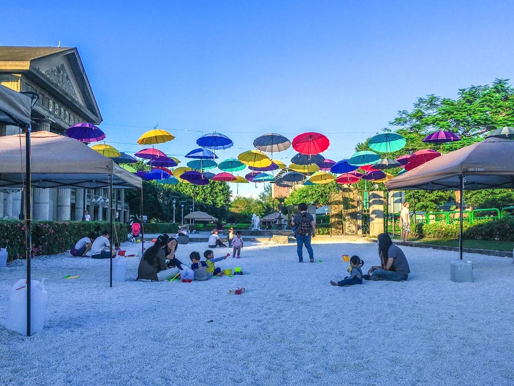 傘の下の砂場