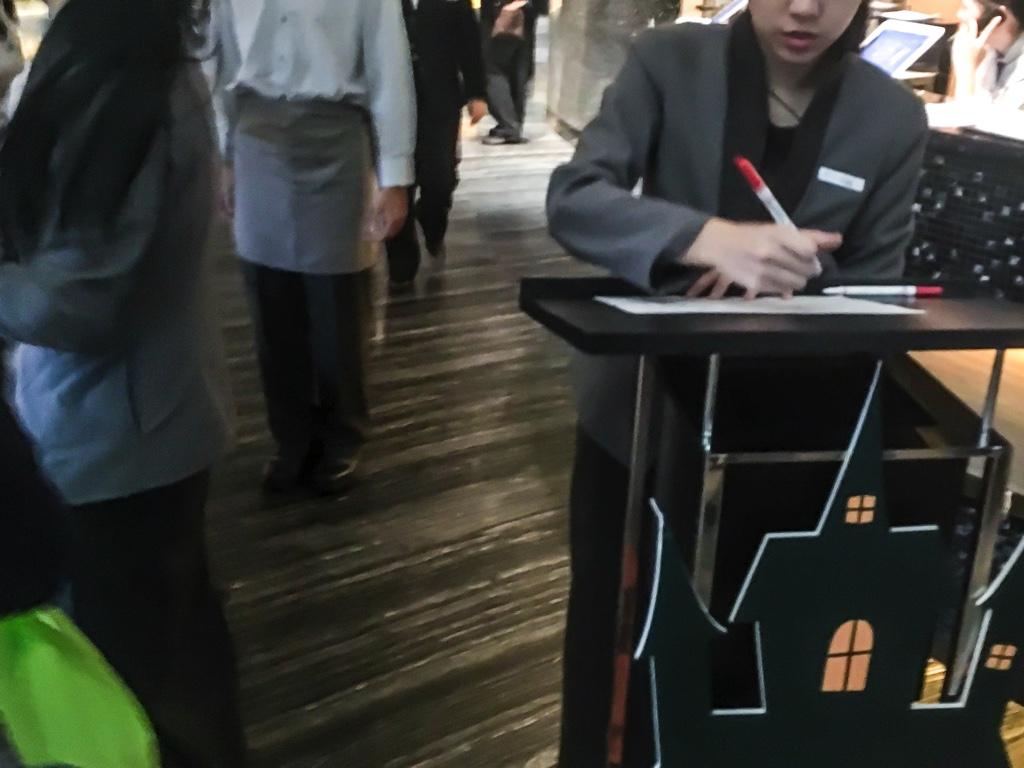 柏麗庁 Brasserie入口で確認するスタッフ
