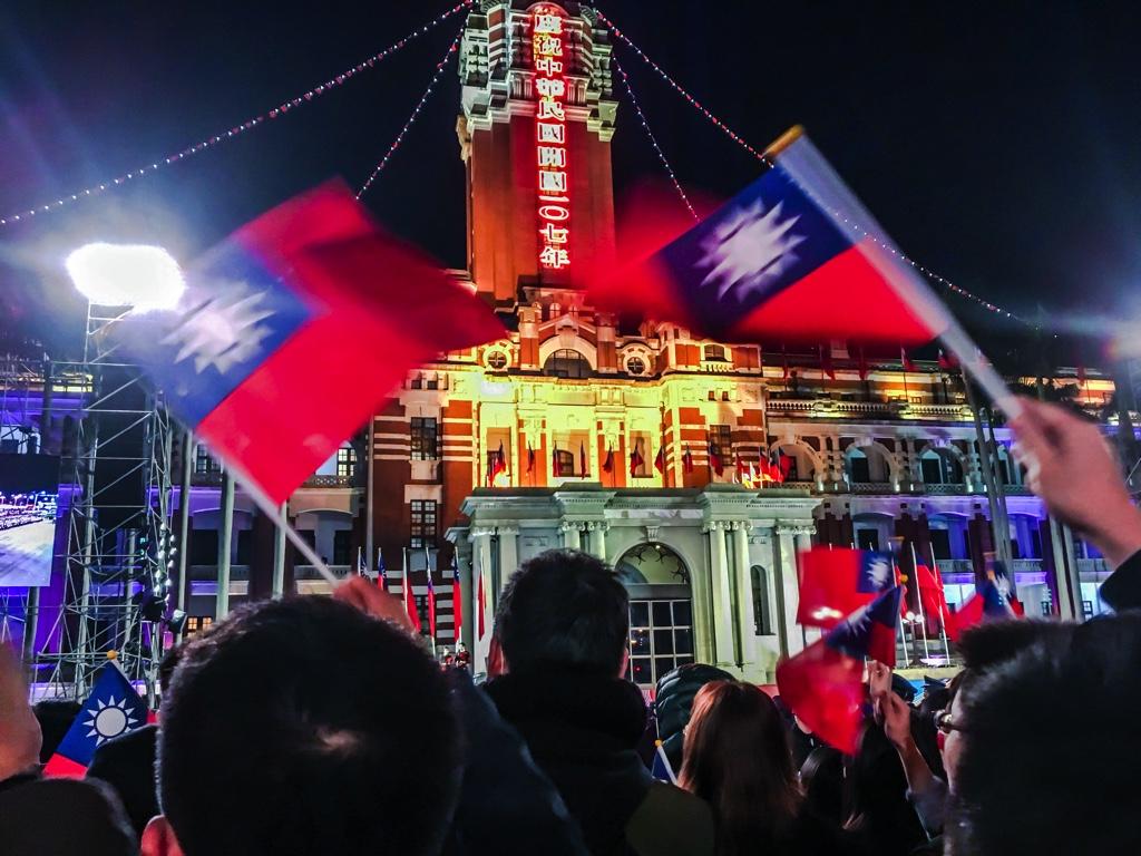 総統府の国旗掲揚式の様子