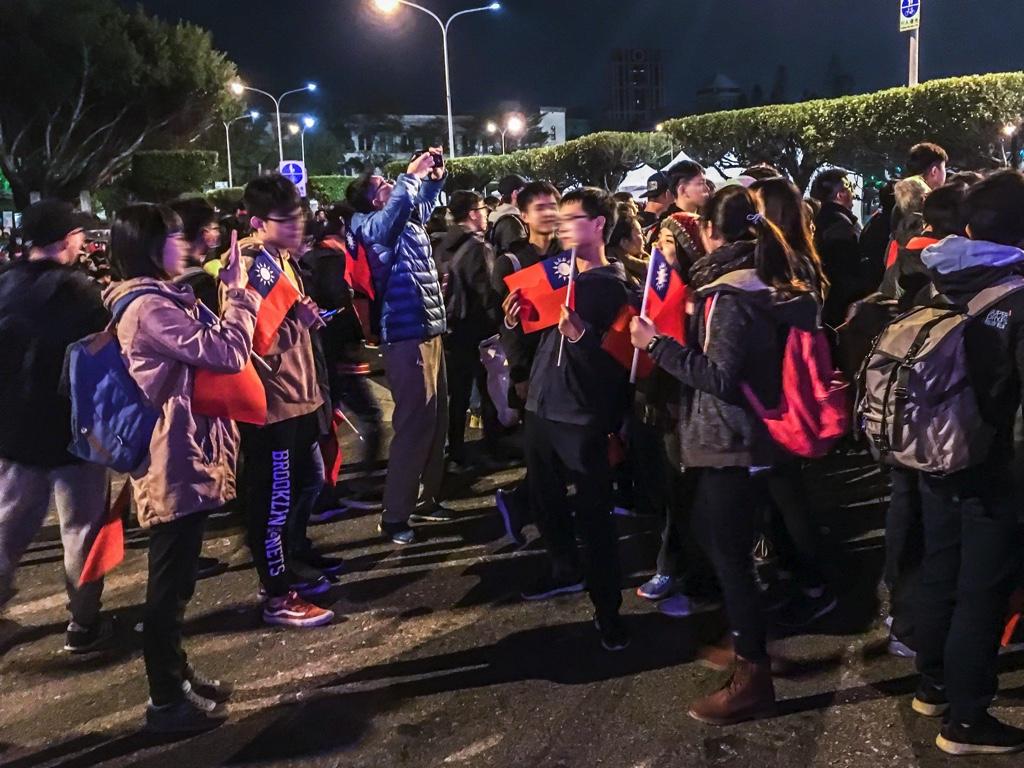 国旗を持って総統府前で記念撮影をする台湾人