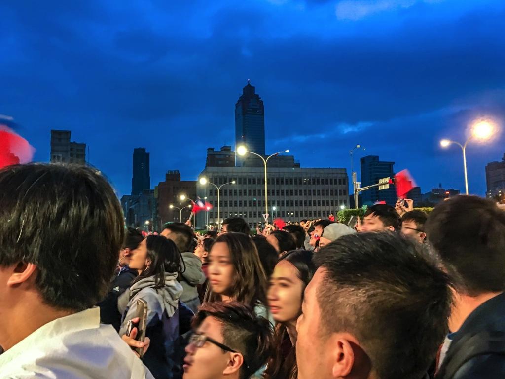 国歌掲揚式を見る人々