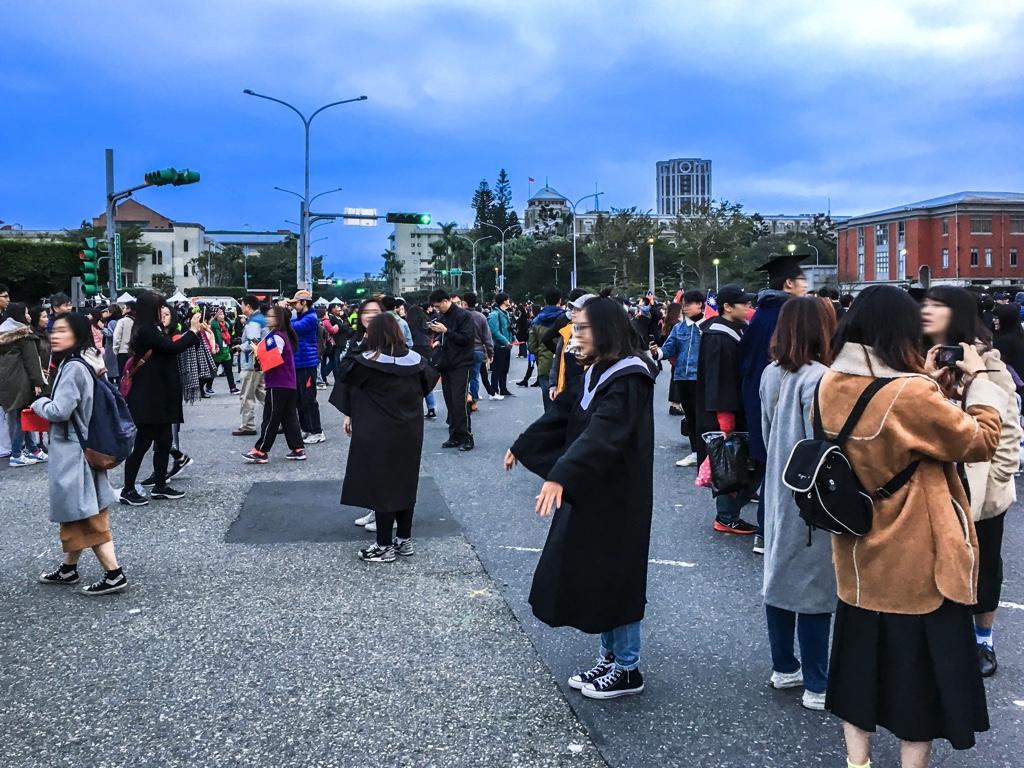 卒業式に着るガウン姿で記念撮影をする台湾の大学生