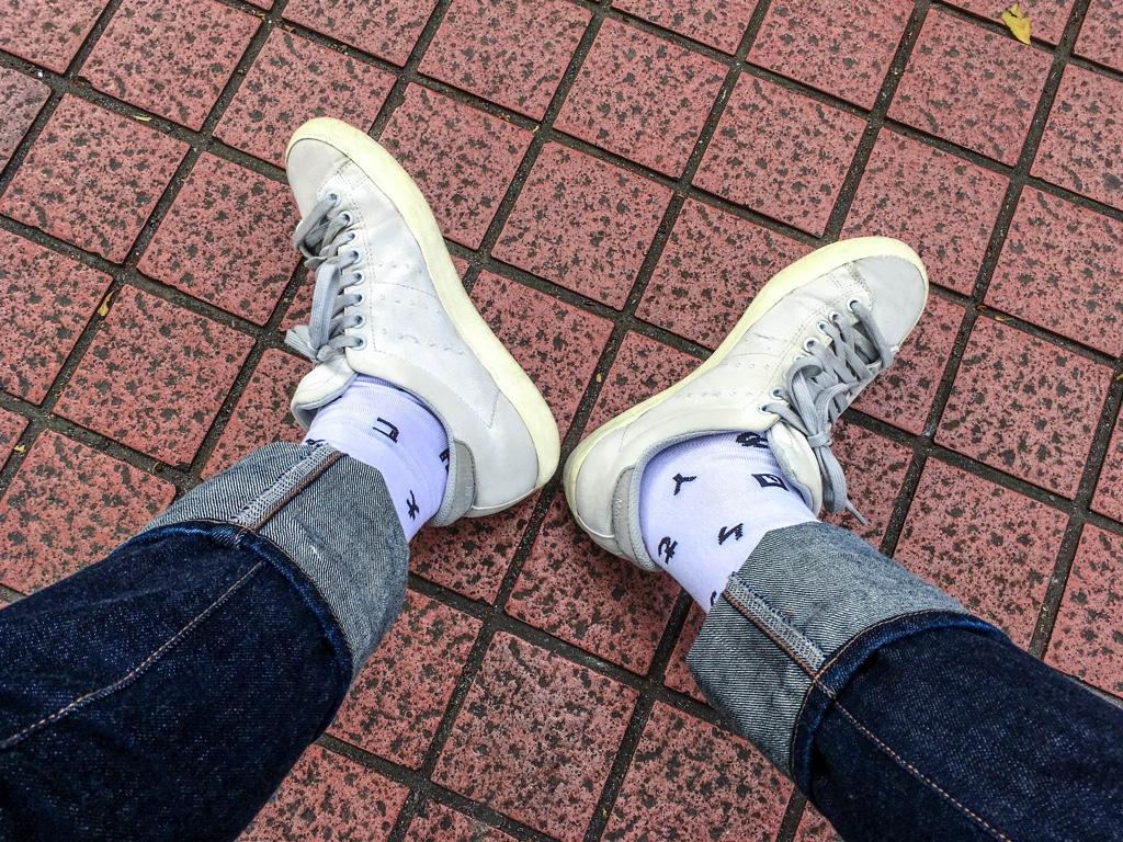 注音符号(ボポモフォ)柄の靴下を履いた様子