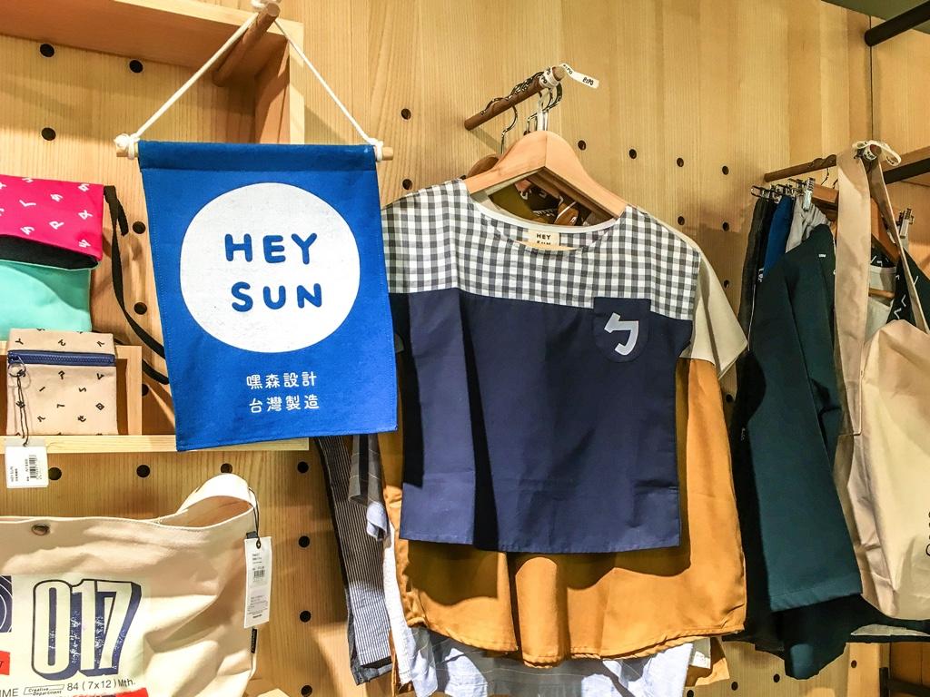 HEY SUNのロゴと洋服