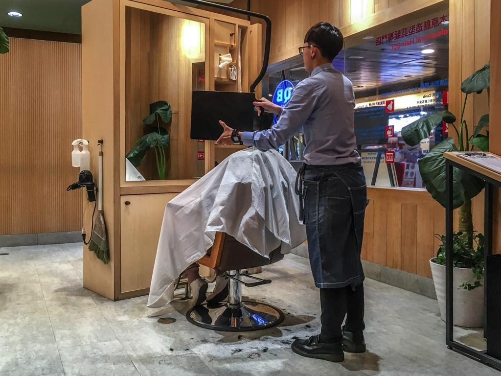 髪のチェックをするお客