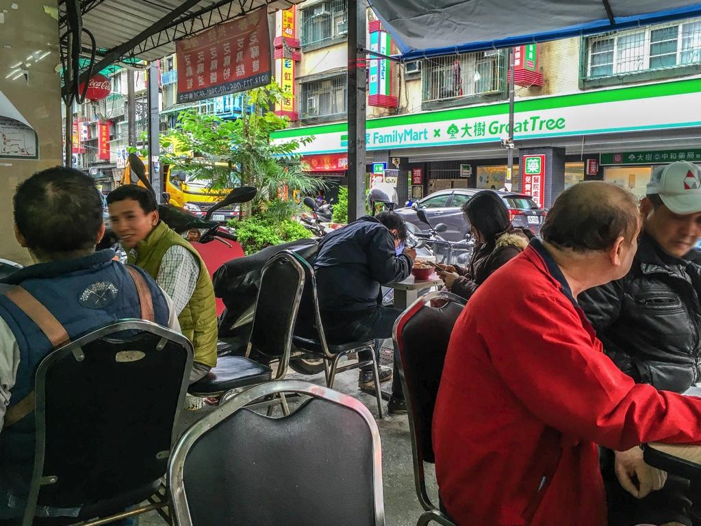 ミャンマー人街のレストランで食事をする人々