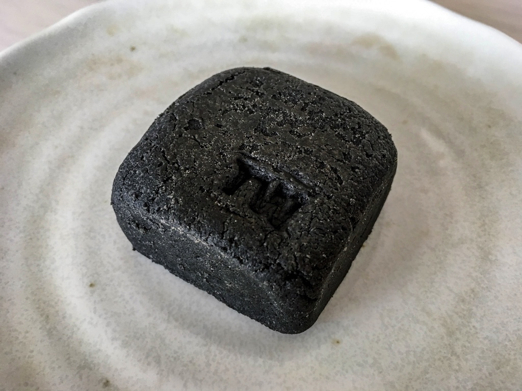 黒パイナップルケーキを袋から取り出した状態