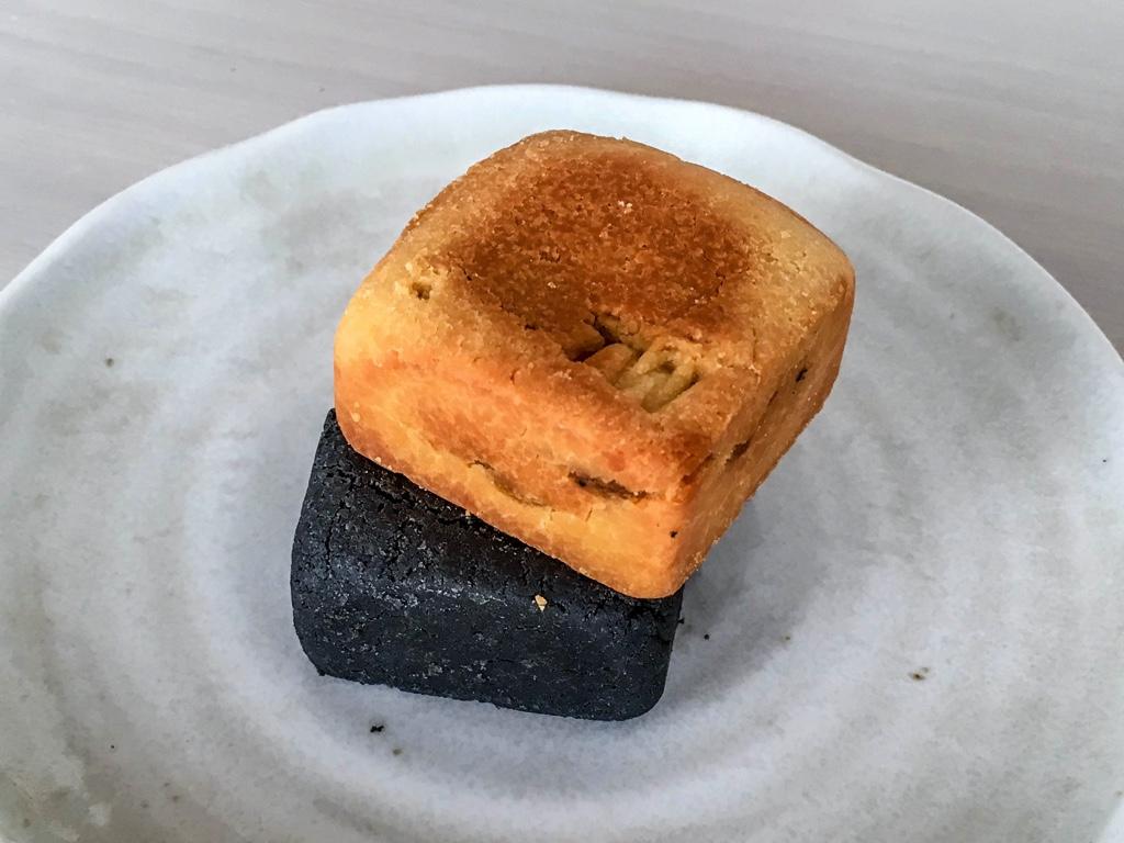 普通のパイナップルケーキと黒パイナップルケーキ