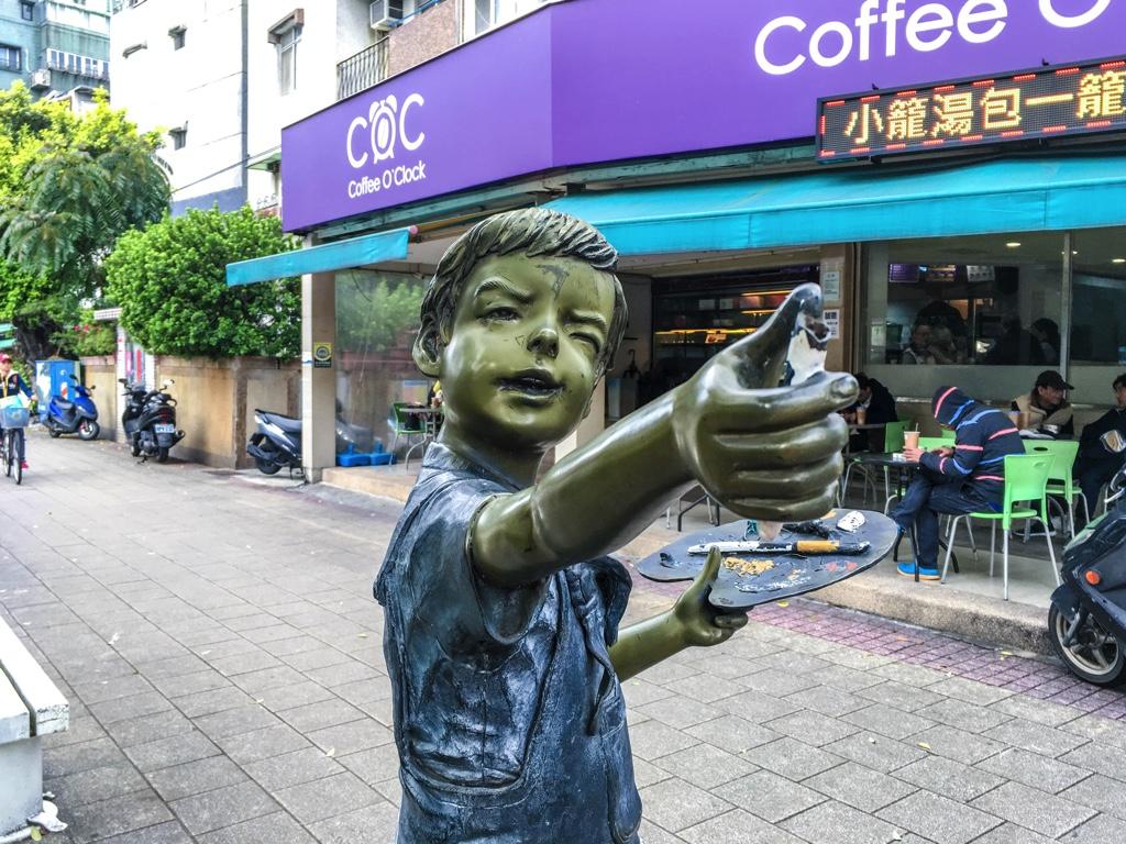 絵を描く少年の銅像