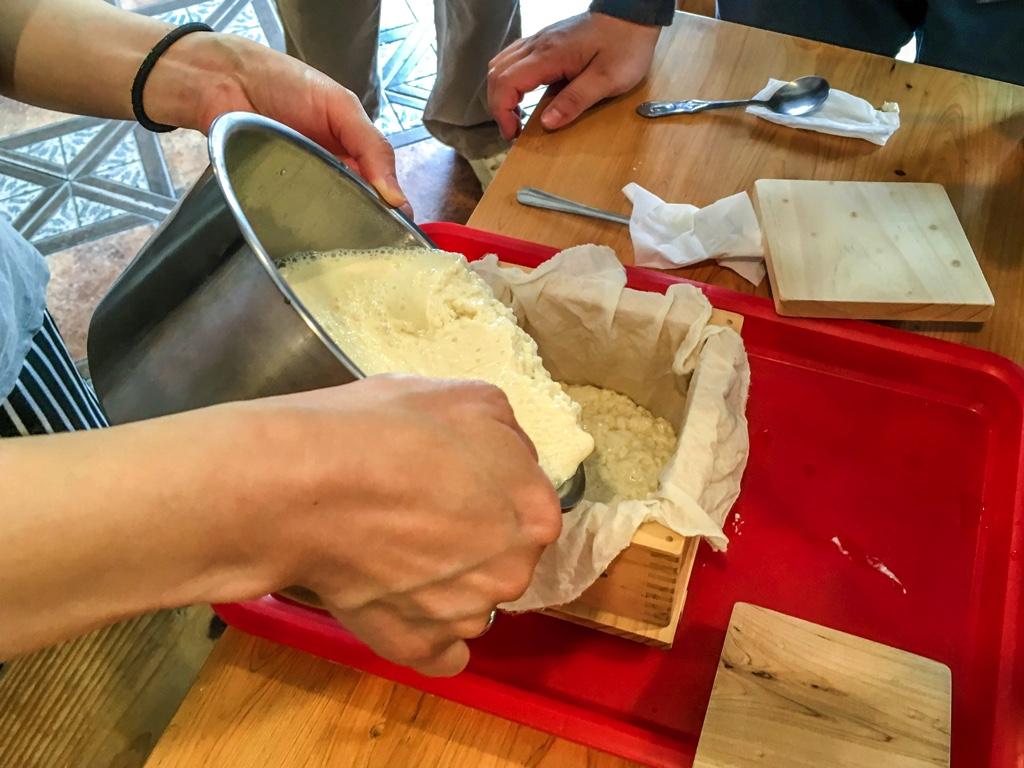 豆腐を豆腐箱に移す