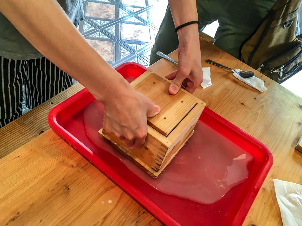 豆腐の水を切っている様子