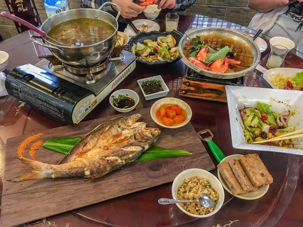 円卓に並んだ客家料理