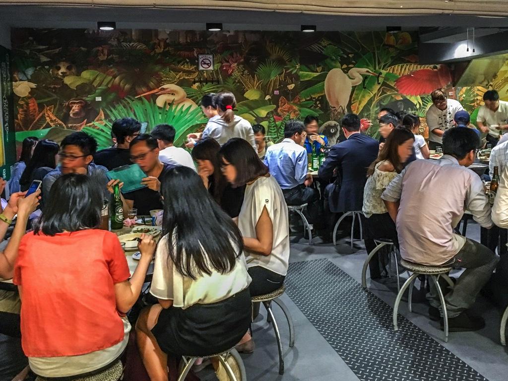 熱炒で食事をする台湾人