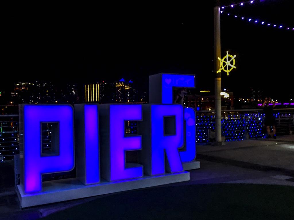 PIER5のサイン