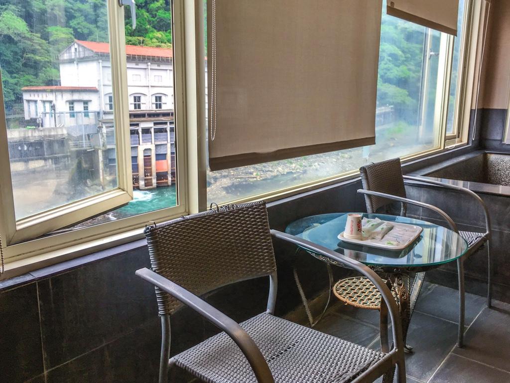 椅子と丸テーブル
