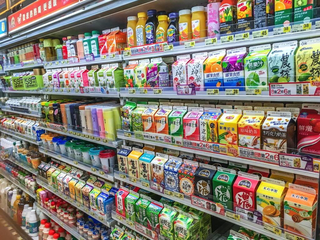 台湾のコンビニの飲み物コーナー