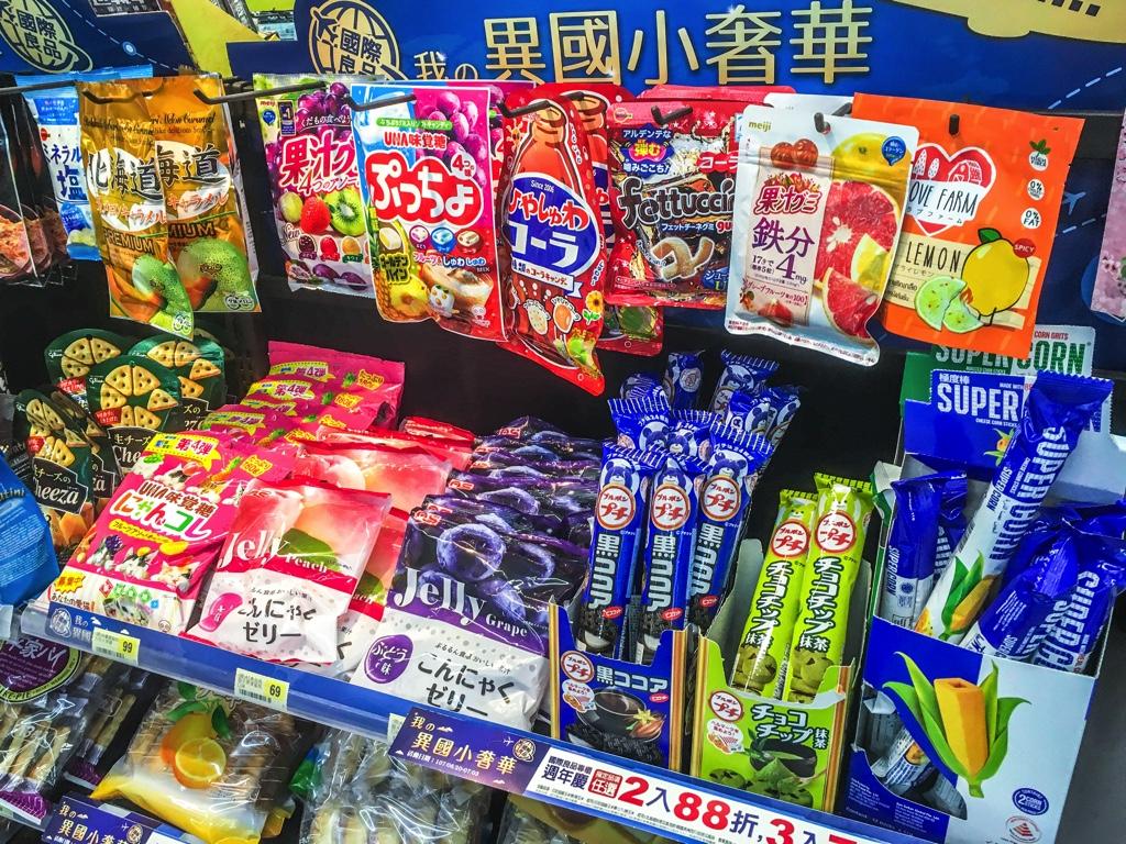台湾のコンビニに置かれた海外のお菓子