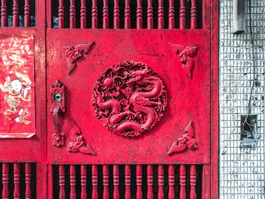 龍の彫り物が装飾された赤い門