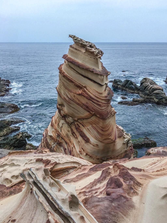 タケノコのような岩