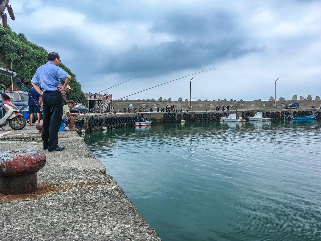 水尾漁港で釣りをする人々
