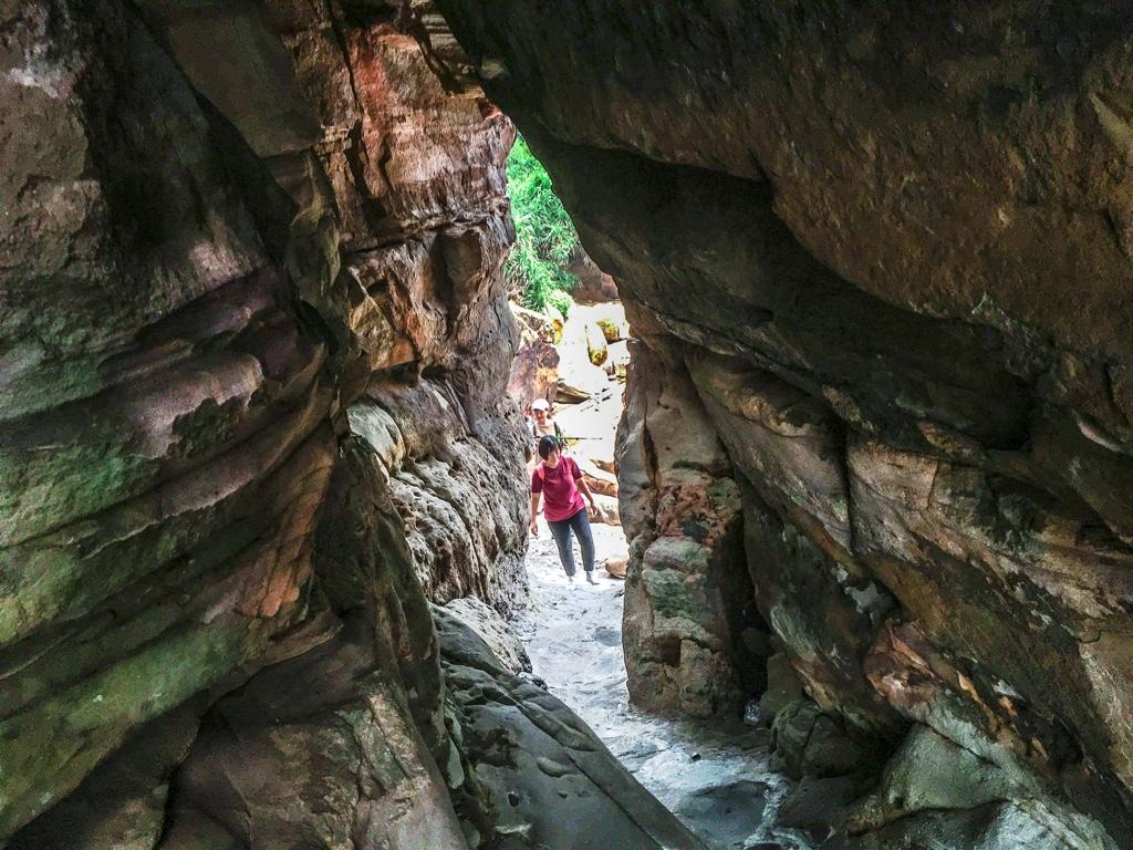 洞窟の中から見た出口
