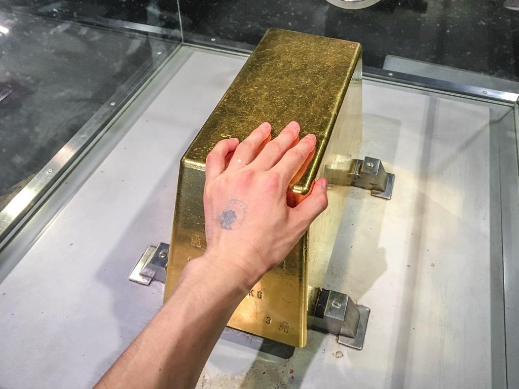 触ることができる本物の金塊