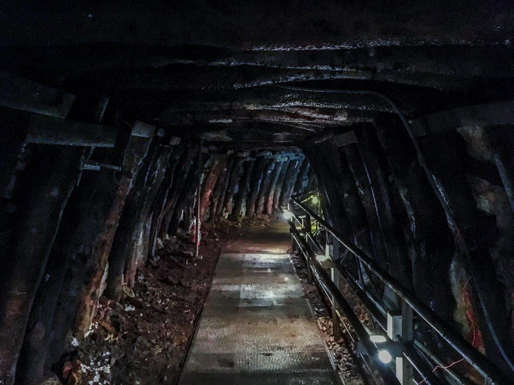 薄暗いトンネル内