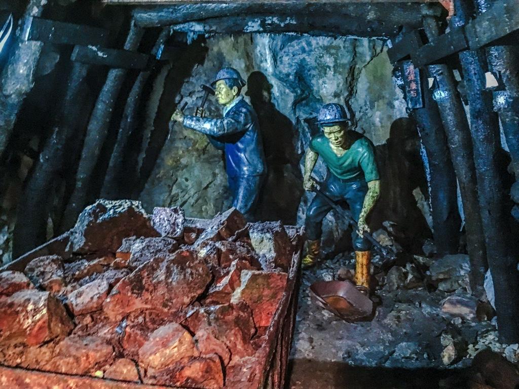 当時の採掘現場を再現した人形