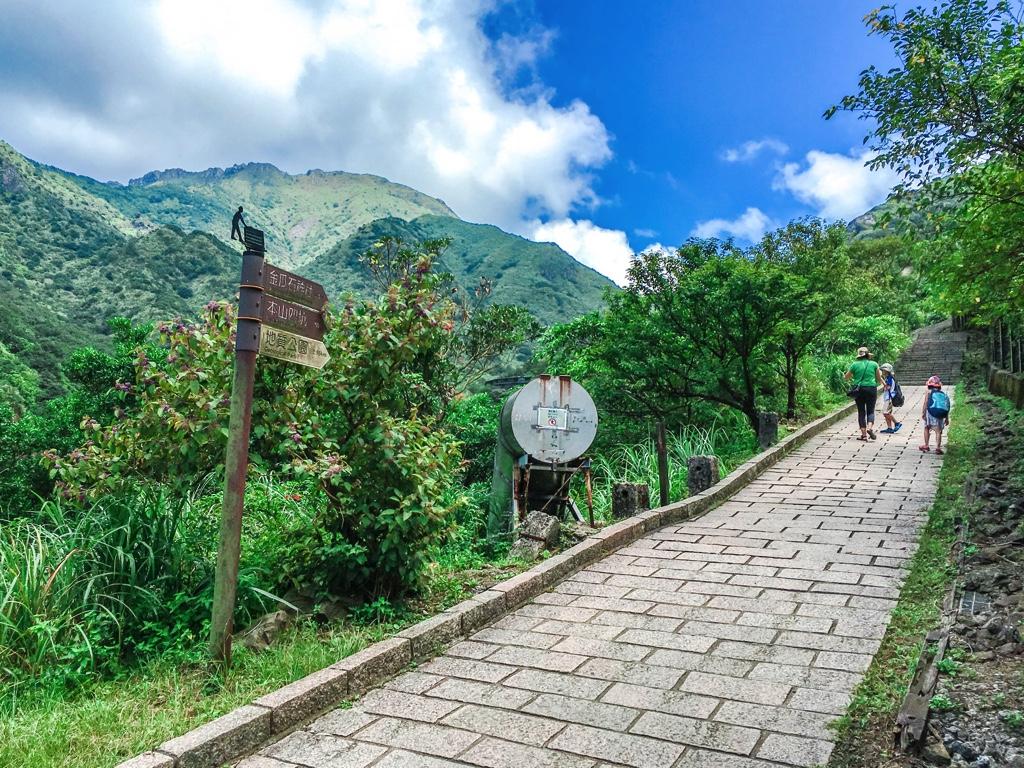 黄金神社に続く山道