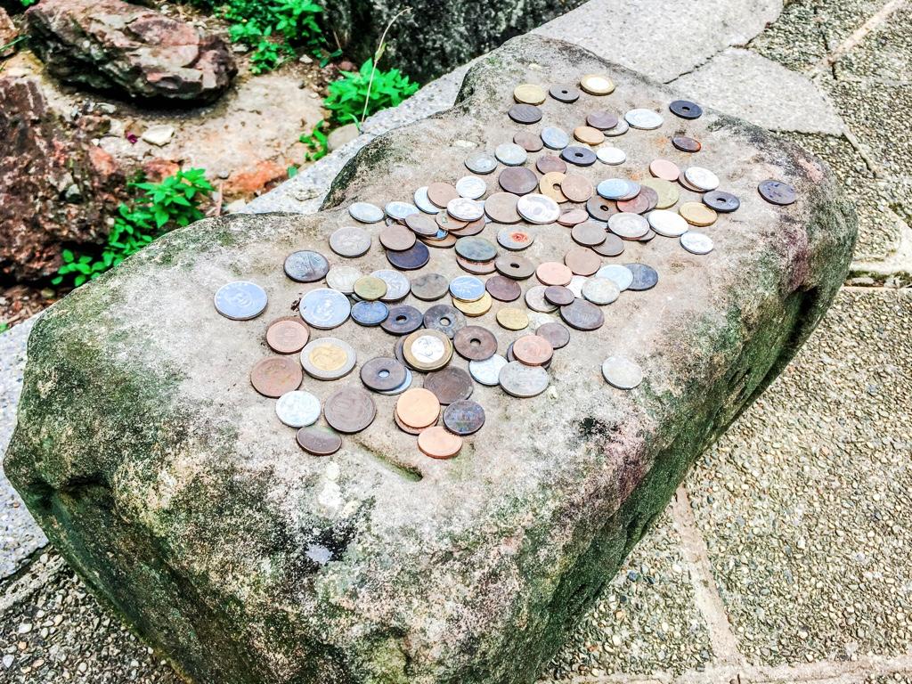 お賽銭として置かれたお金