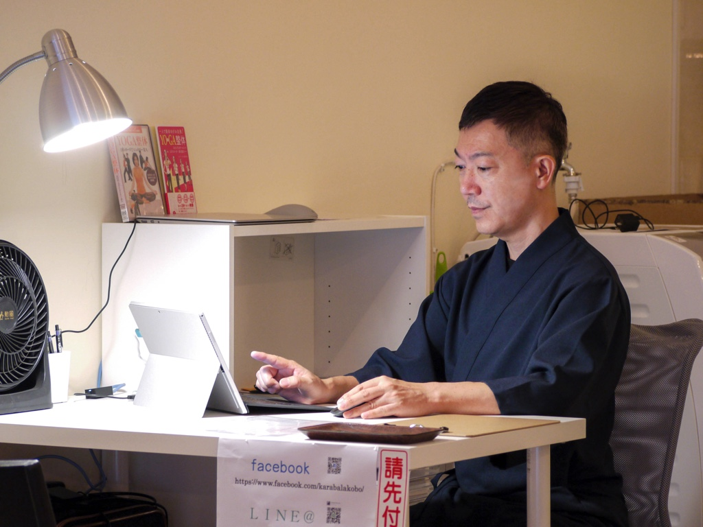 PCを操作する加藤さん