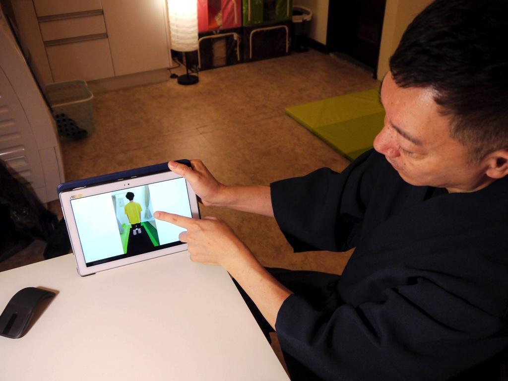 撮影した写真を見せながら施術後の説明をする加藤さん