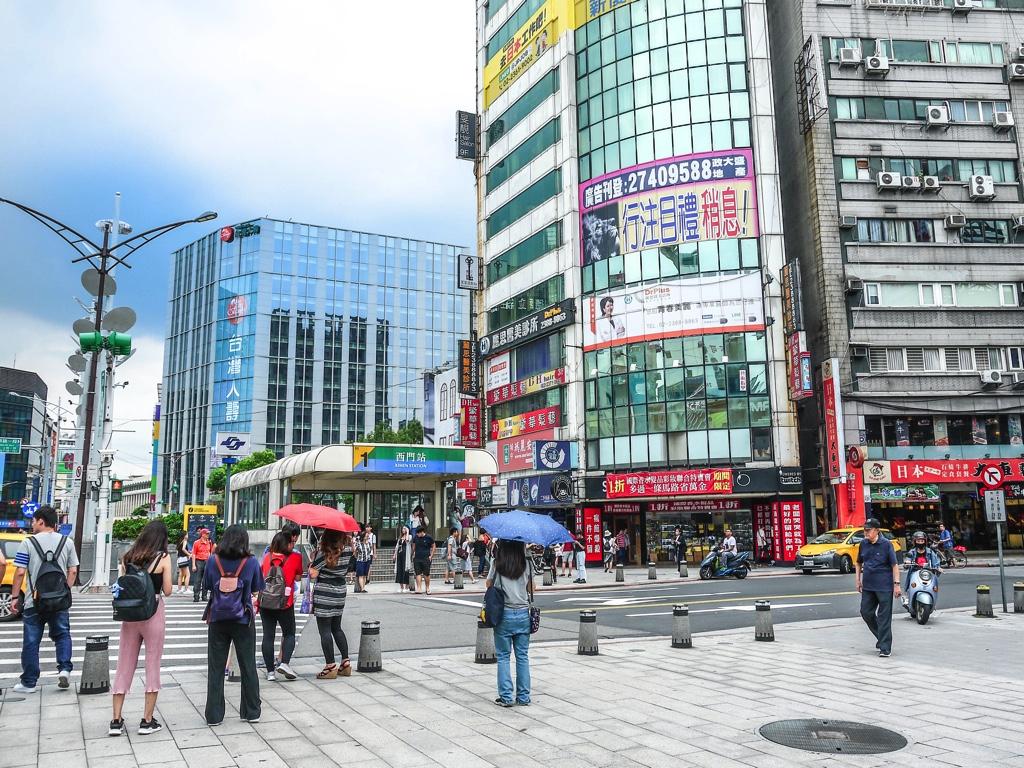台北MRT西門駅1番出口と西門商業大樓
