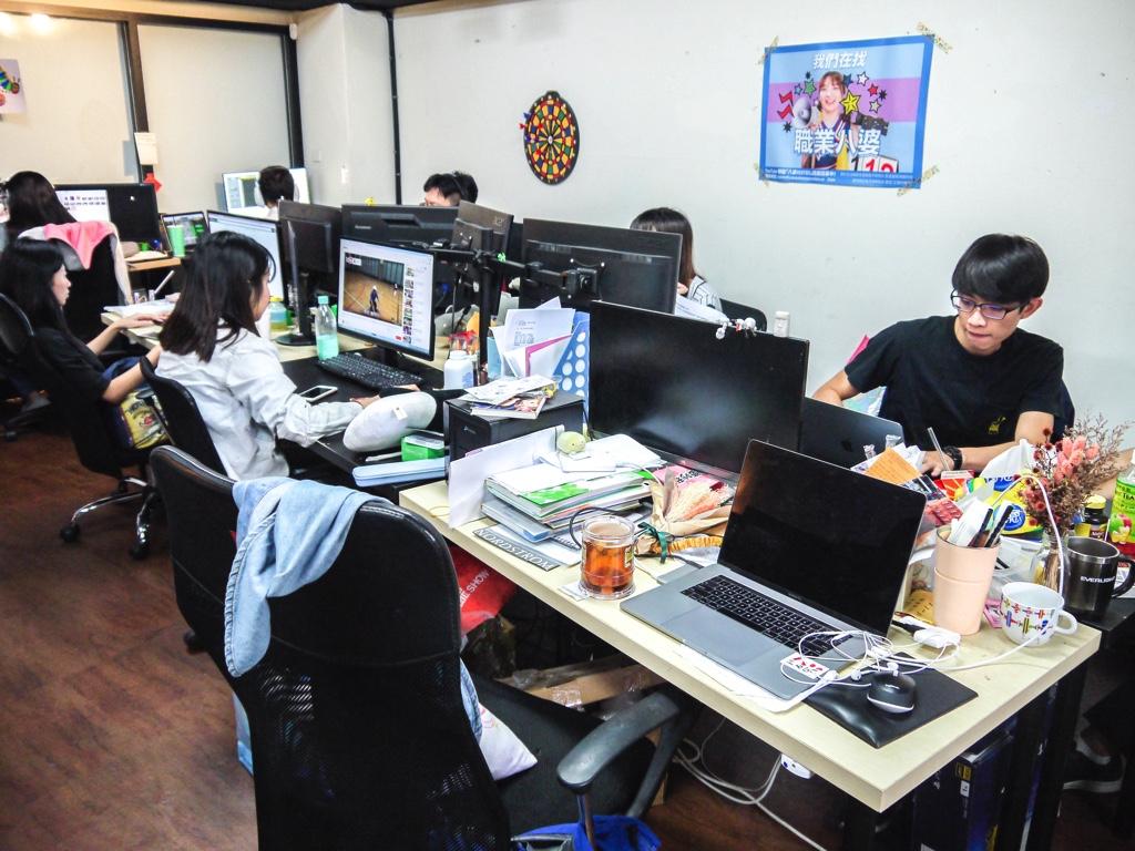 動画や番組を中心としたコンテンツ制作業務を行うスタッフが働いている執務エリア