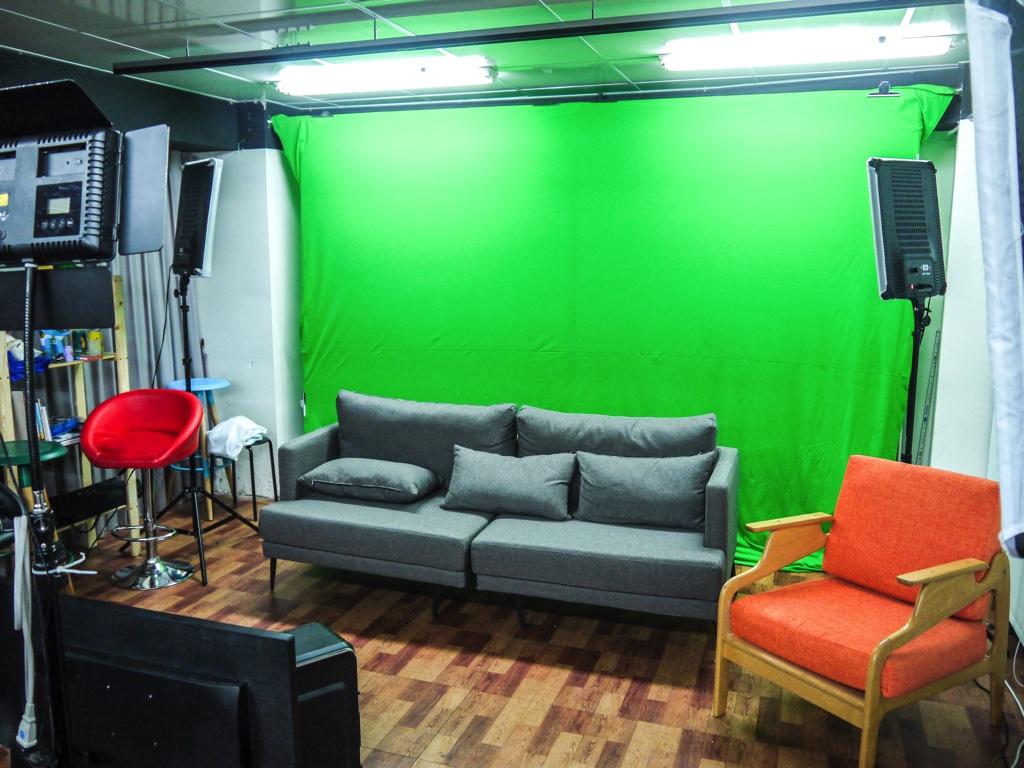 クロマキー合成ができるグリーンバックの撮影スタジオ