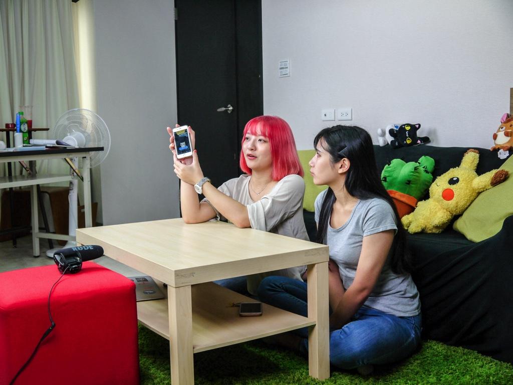 アプリを紹介する米雪さんと小楓さん