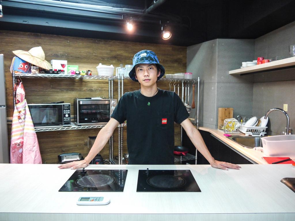 撮影スタジオのキッチンスペースに立つ櫻井直樹さん