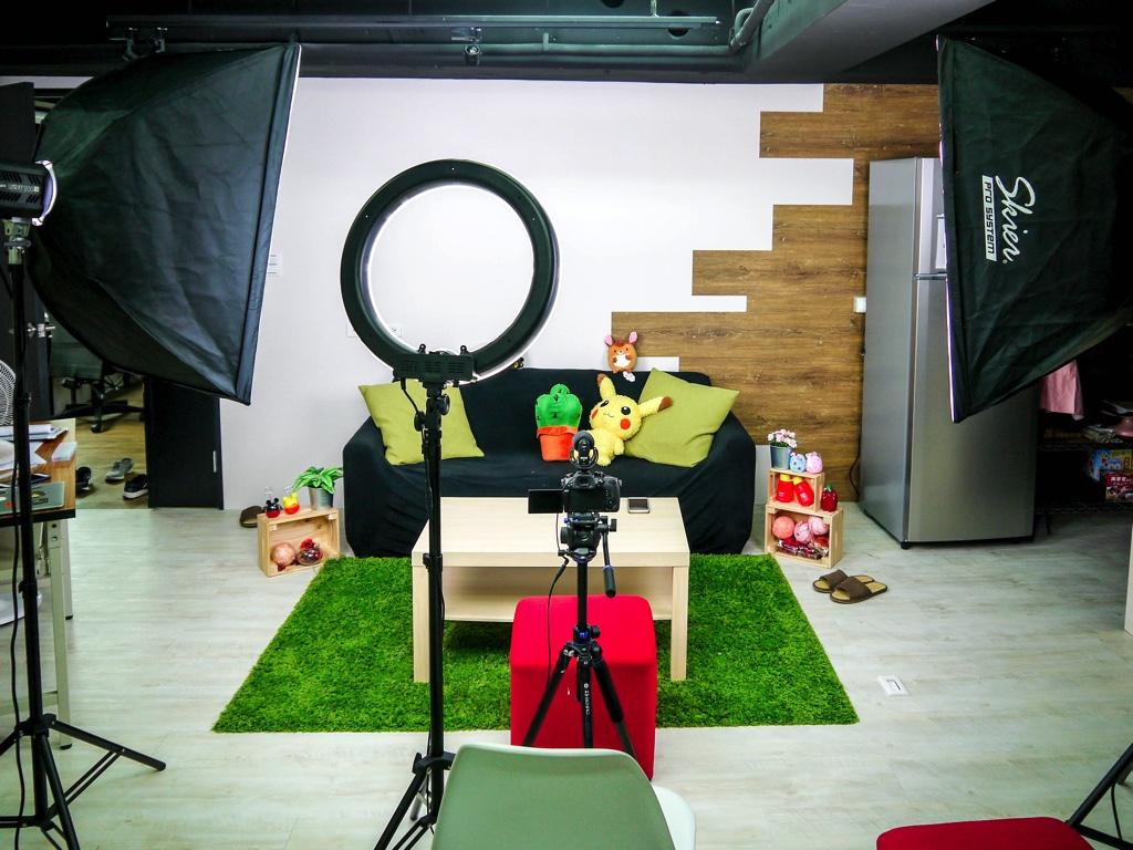撮影スタジオの中に準備された部屋のセット