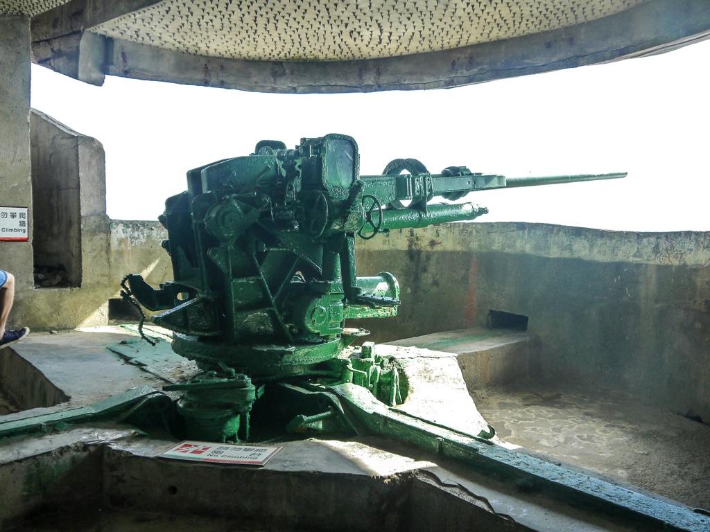 亀山島の軍事坑道内に設置された砲台