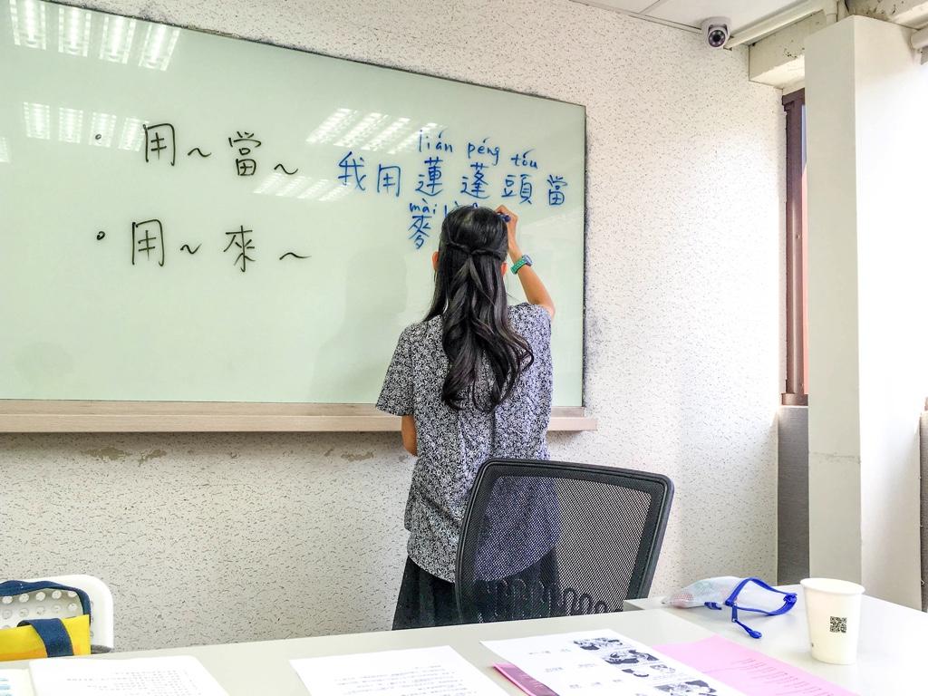 板書をするジオス台湾の中国語講師