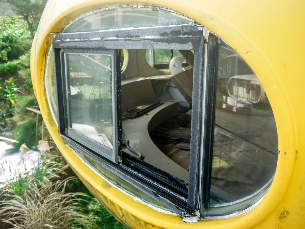 飛碟屋の窓