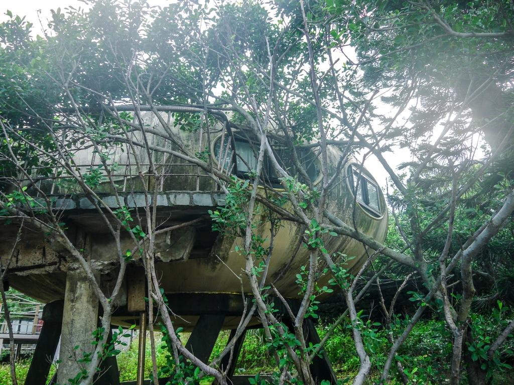植物に覆われた飛碟屋