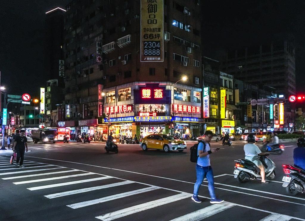 台湾の夜の交差点