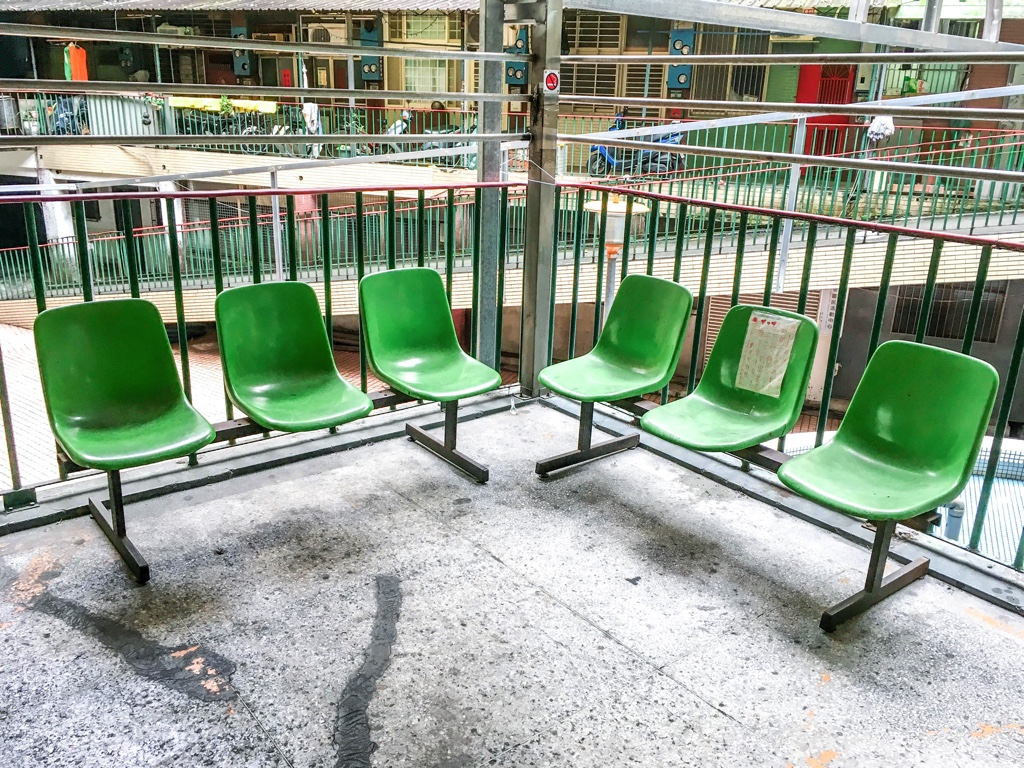 南機場公寓一期内部のベンチ