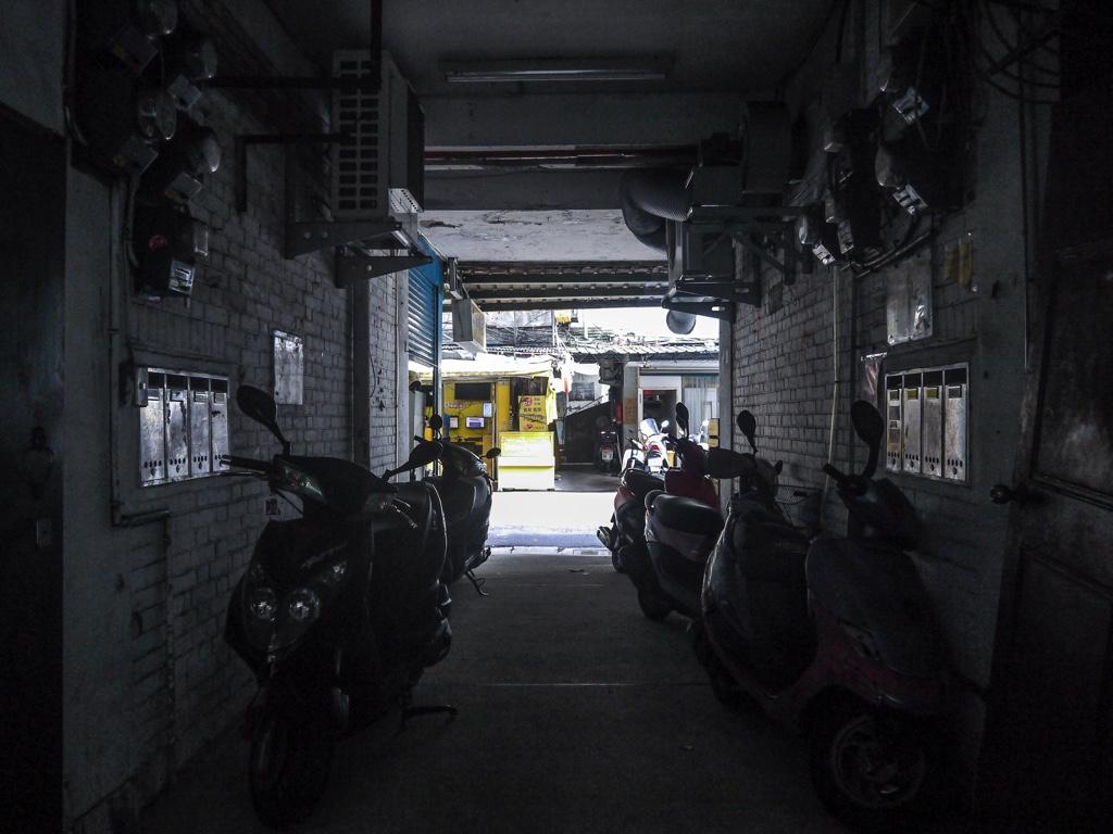 南機場公寓三期の1階通路